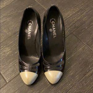 CHANEL Black/White GlitterPatent Leather ToePumps